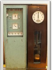 圖貳-18電子式母鐘(左)與直流電氣式母鐘(右)